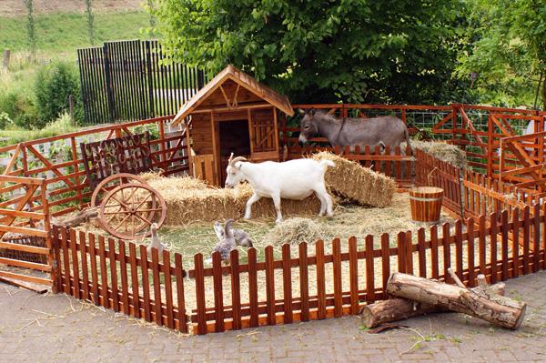 Een kinderboerderij heeft altijd een enorme aantrekkingskracht met zijn educatieve waarde op het publiek. Onze kinderboerderij kan zowel binnen als buiten worden opgezet. Tijdens de hele periode is er deskundige begeleiding aanwezig zij letten op, en geven graag desgewenst alle informatie. Na afloop wordt de locatie netjes en bezemschoon afgeleverd. Onze kinderboerderij is een gezellige plek waar iedereen  kennis kan maken met diverse dieren. Geiten, konijnen, eenden, lama's, ezeltjes, ganzen en mini pony's lopen in een omheining vrij en mak rond tussen het publiek. Een aanrader voor elk evenement waaronder ook dierendag.
